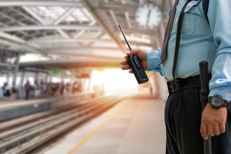 vigilante de seguridad privada en una estación de tren