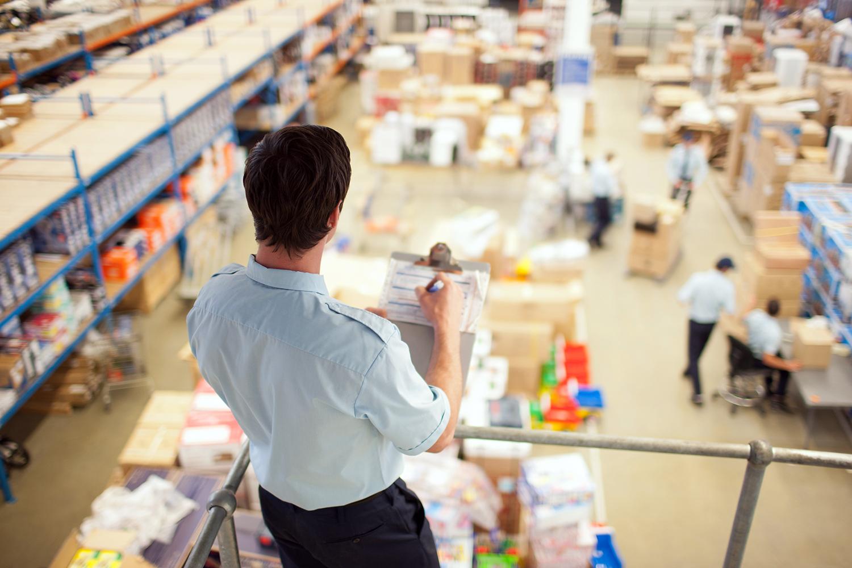 un trabajador supervisa la seguridad logística en un almacén de distribución