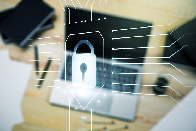 formación en ciberseguridad con un ordenador portátil
