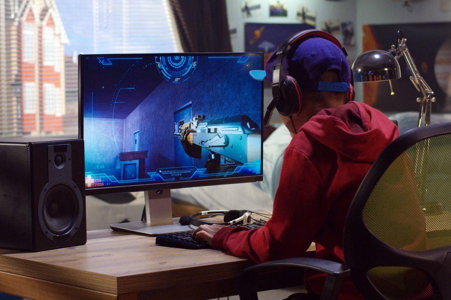 un gamer juega con un videojuego en su ordenador