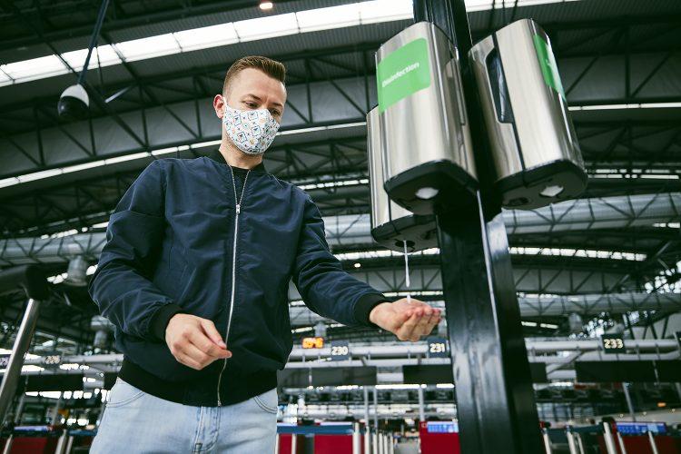 dispensadores de gel hidroalcohólico en un aeropuerto