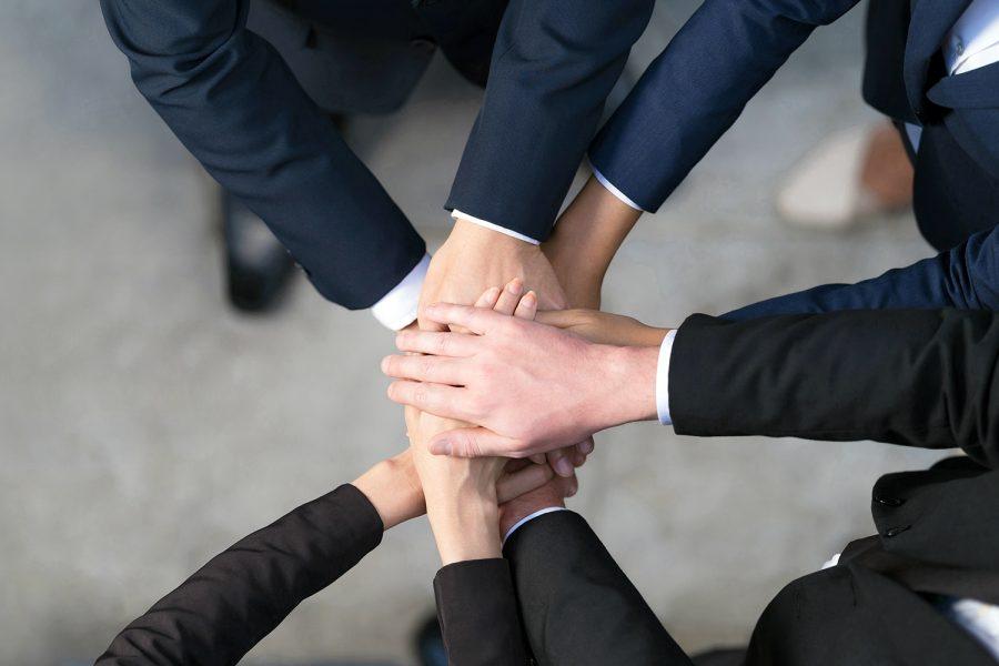 un grupo de empresarios junta sus manos