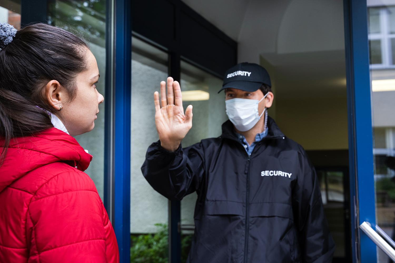 un vigilante de seguridad privada controla el aforo y el uso de mascarilla
