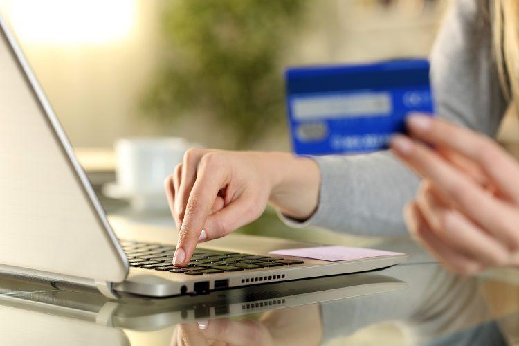 una mujer realiza una compra en línea con su ordenador