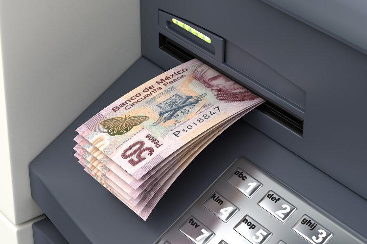 cajero automático con billetes de 50 pesos mexicanos