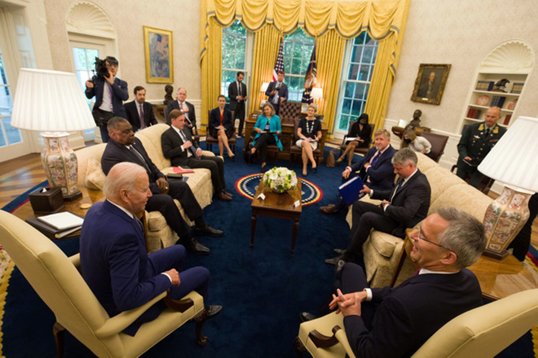 a Joe Biden y Jens Stoltenberg les preocupa la ciberseguridad en la OTAN