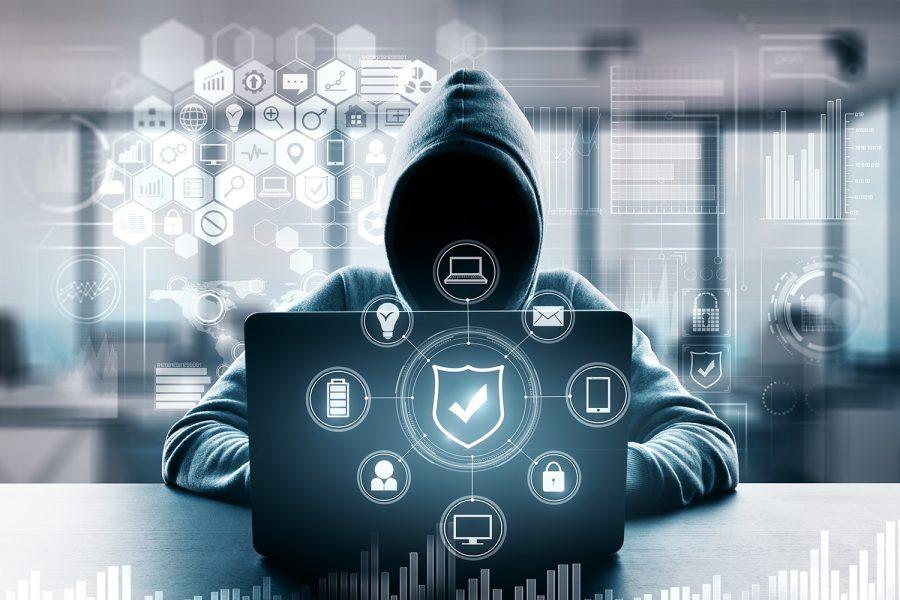 un hacker realiza un ciberataque con su ordenador