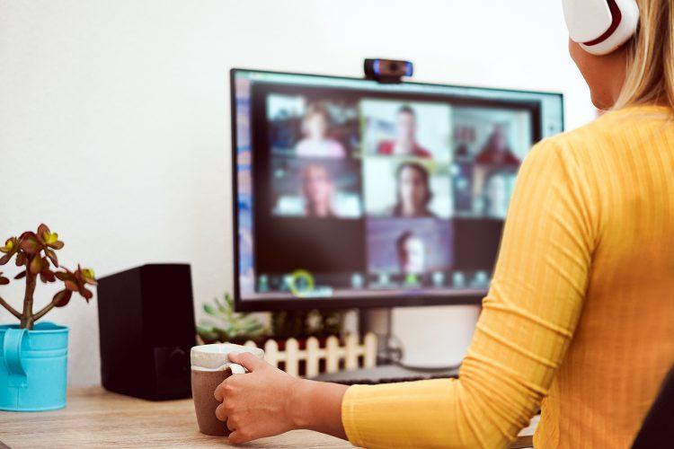 una mujer sigue un webinar desde su ordenador