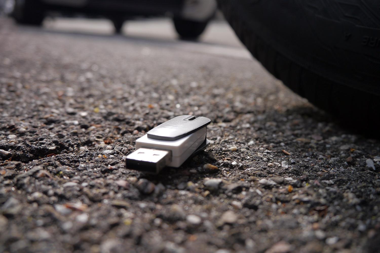 un pendrive abandonado en el suelo de la calle es un riesgo para la ciberseguridad