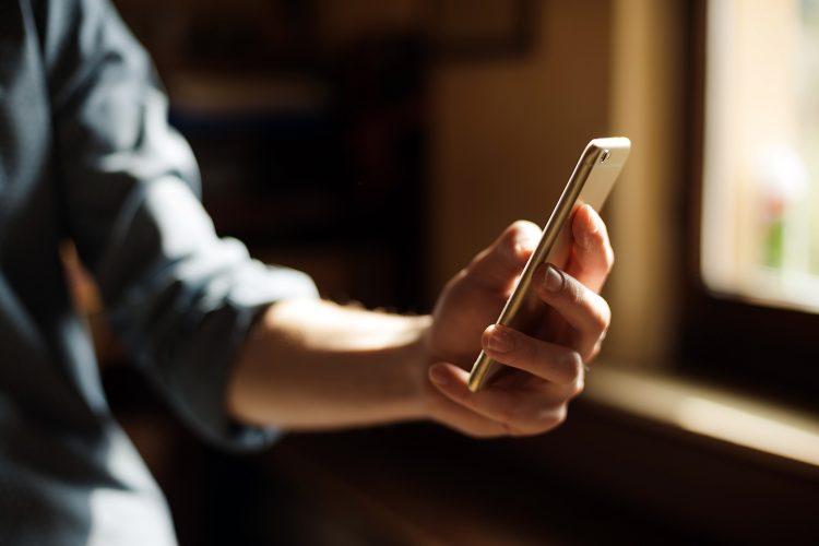 un empleado recibe una notificación de su empresa en su smartphone