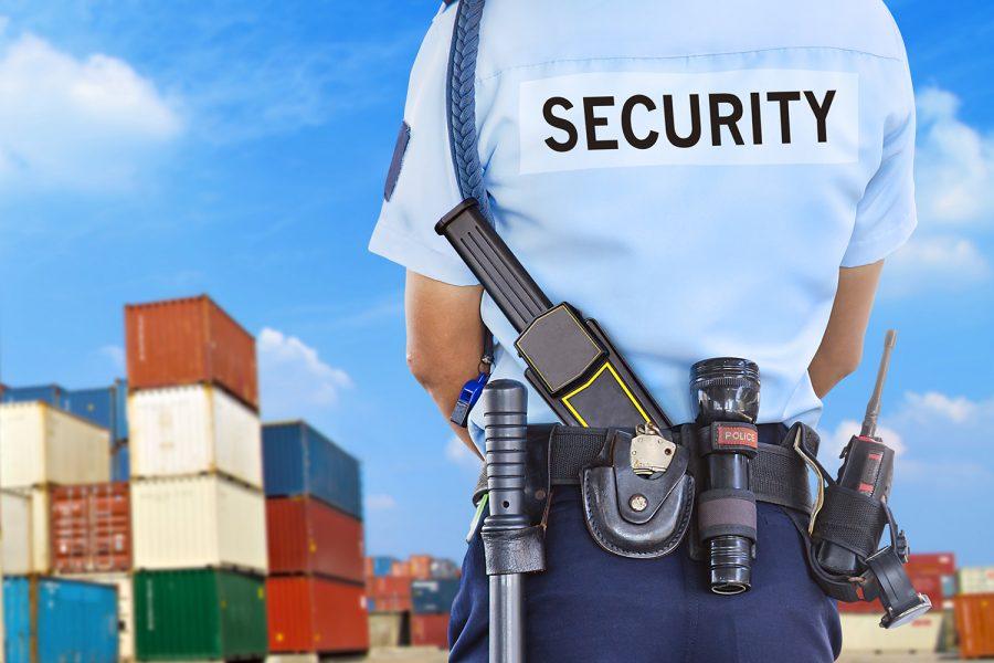 vigilante de seguridad privada en un centro logístico