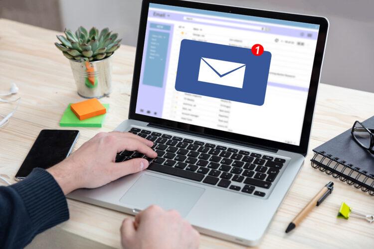 bandeja de entrada de correo electrónico en un ordenador portátil