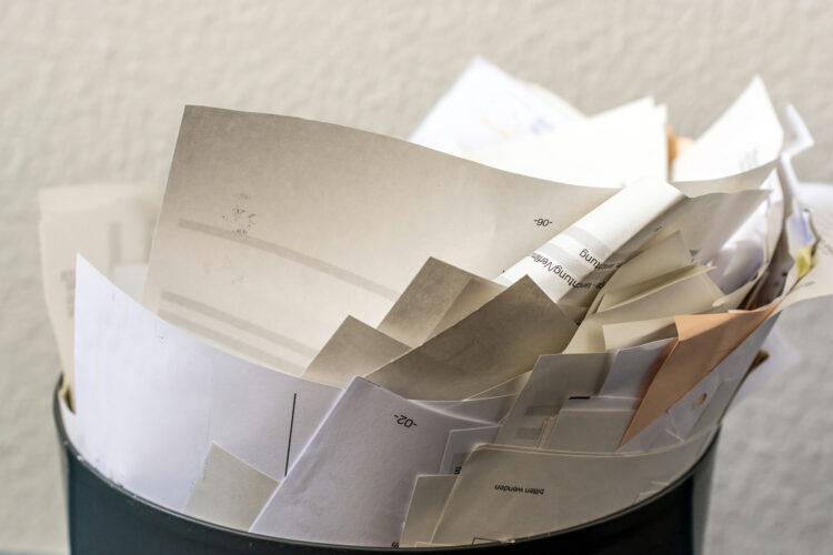 documentación con información confidencial en una papelera