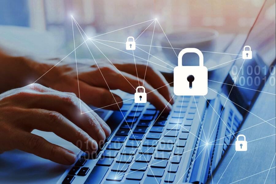 experto en ciberseguridad trabaja con un ordenador