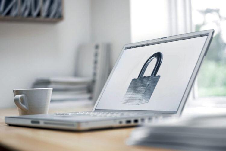 candado de ciberseguridad en la pantalla de un ordenador portátil