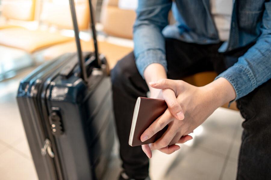 un viajero sujeta su pasaporte en el aeropuerto