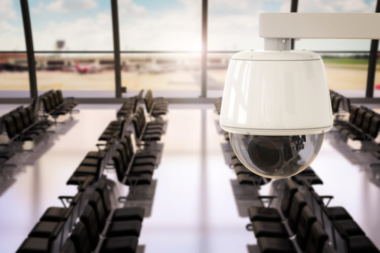 cámara de videovigilancia en un aeropuerto