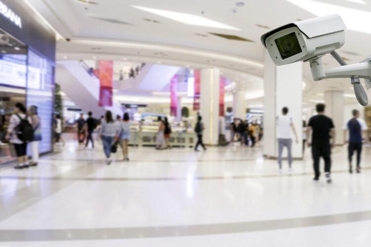 cámara de videovigilancia en un centro comercial