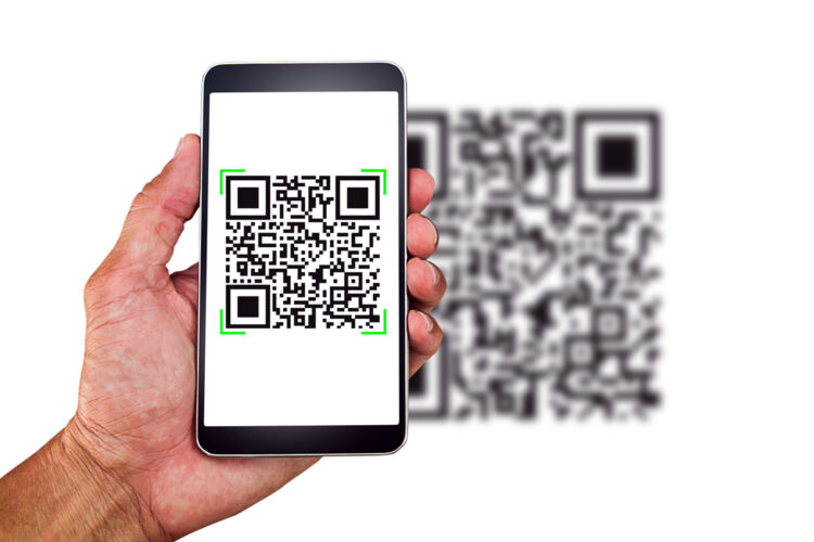un hombre escanea un código QR con su smartphone