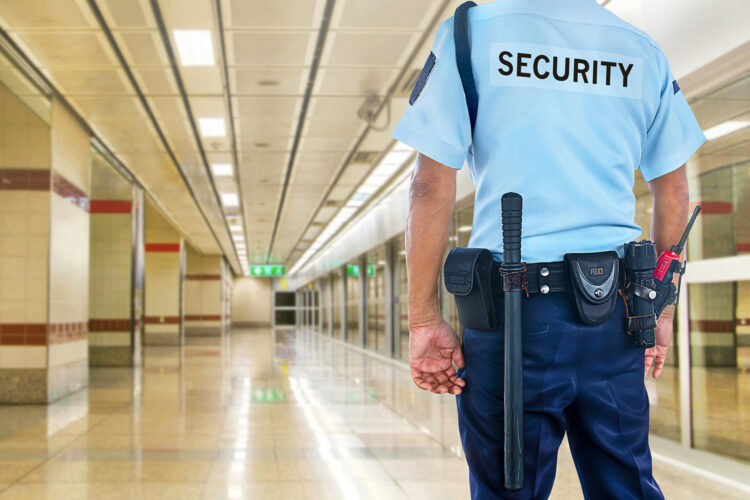 un guardia de seguridad privada en un estación de transporte subterránea