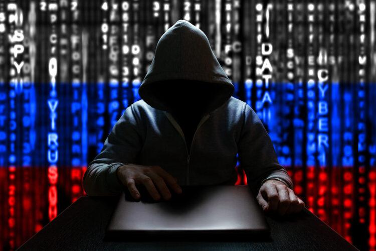 un hacker ruso con un ordenador portátil