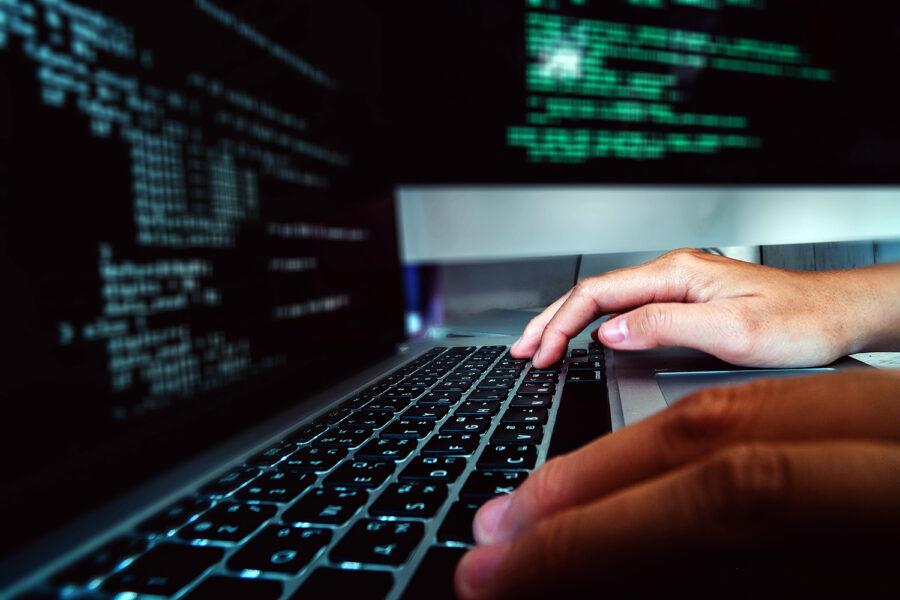 un profesional de ciberseguridad trabaja con su computadora