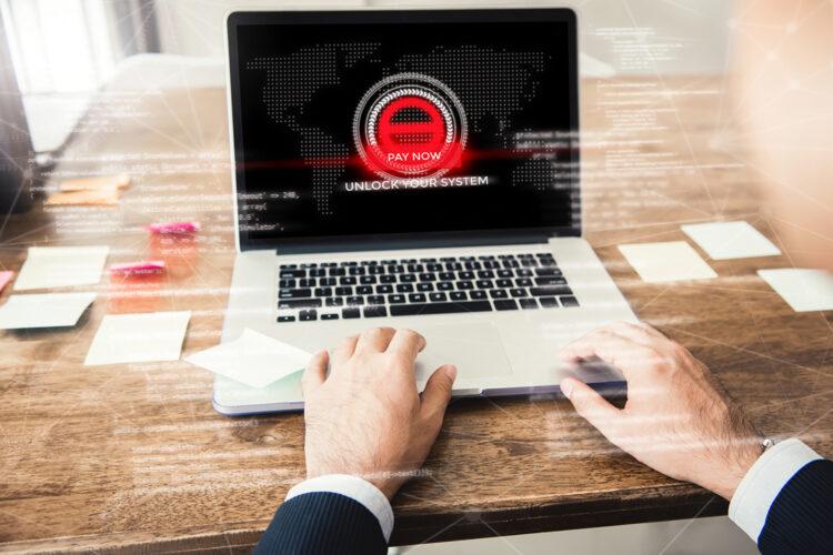 mensaje de pago por rescate en la pantalla de un ordenador portátil